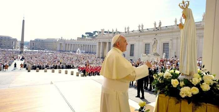 Papa-Francisco-a-los-pies-de-la-virgen-de-fatima